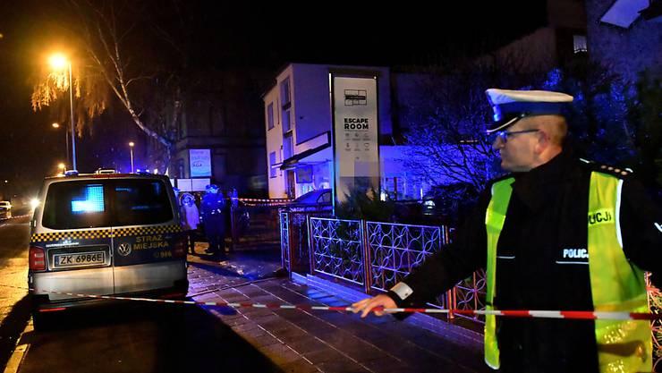 Polens Ministerpräsident lässt nach Brandtragödie mit toten Teenagern erste Spielorte schliessen.