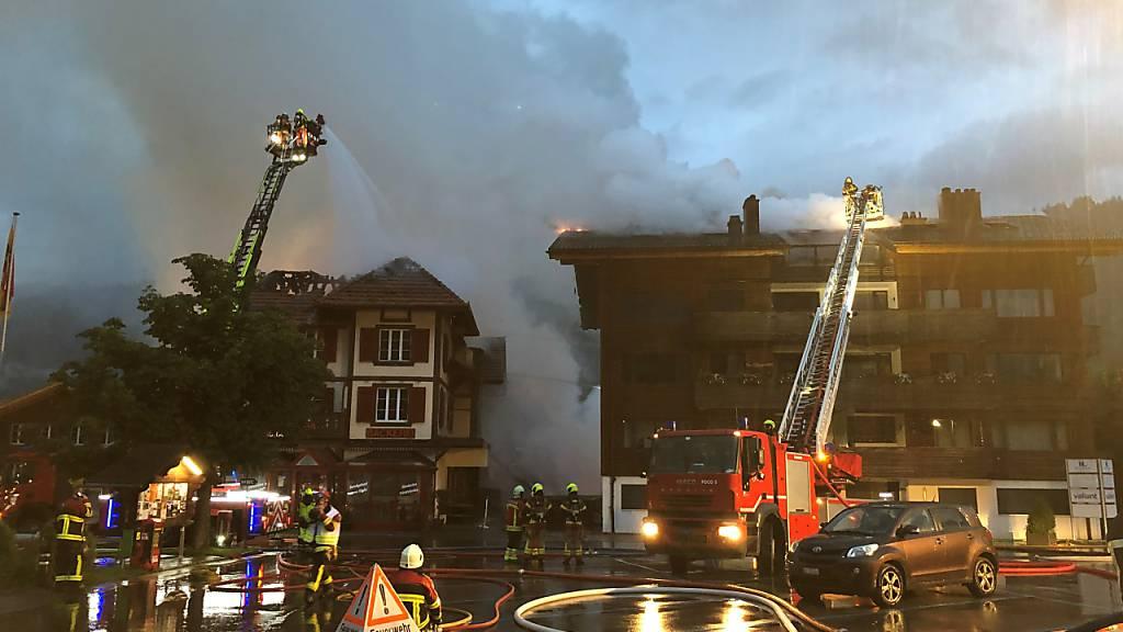 Grossbrand zerstört drei Gebäude im Dorfzentrum von Zweisimmen BE