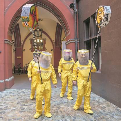 Vier Fasnächtler protestierten auf ihre Weise im Hof des Basler Rathauses gegen die Absage der diesjährigen Fasnacht wegen des Corona- Virus.