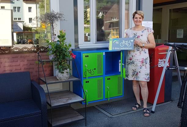 E-Bike Ladestation in Welschenrohr mit Colette Rieder vom Café Colette.