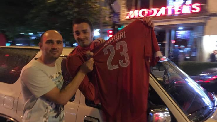 In Gjilan halten Fans Shaqiris Trikot.