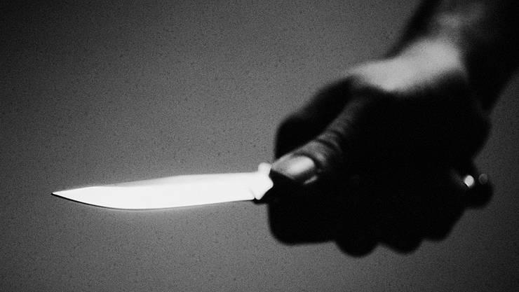 Der Angeklagte hatte seiner schwangeren Frau ein Messer zuerst in den Unterbauch gerammt, dann hatte er mehrmals auf Kopf und Oberkörper eingestochen. (Symbolbild)