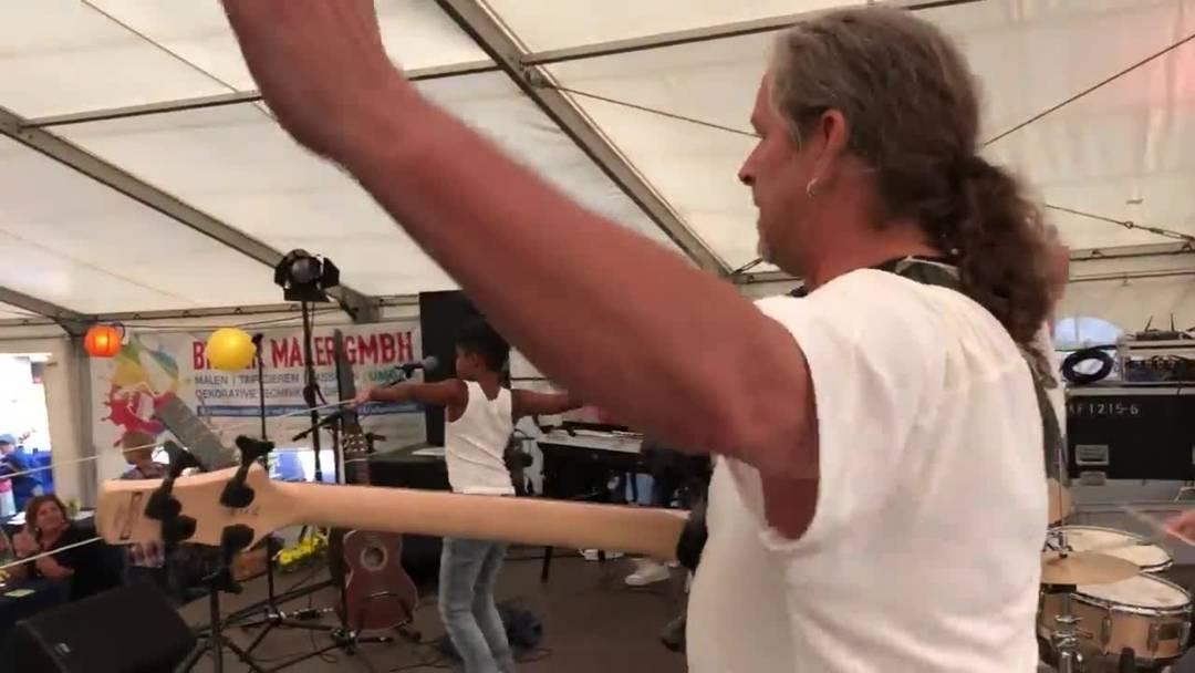 Die Schülerband 4B4 rocken mit ihrem Musiklehrer Daniel Notter einen Klassiker von Queen