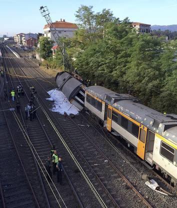 Der Zug sei am Freitag in der galicischen Stadt O Porriño entgleist, teilten die örtlichen Behörden am Freitag mit.