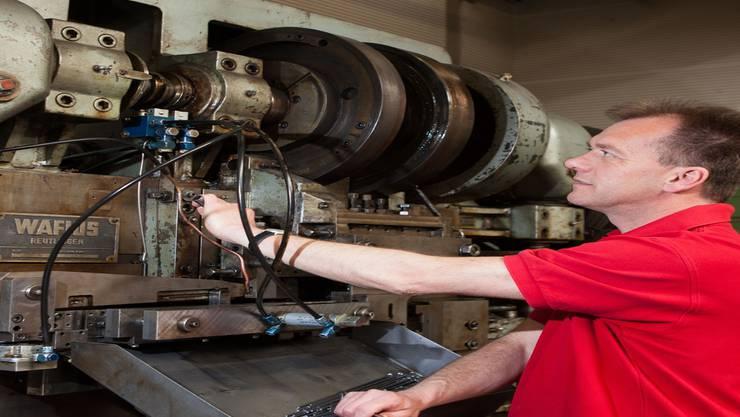 Maschinenmechaniker Martin Fehlmann kennt diese Maschine bis zum kleinsten Rädchen.