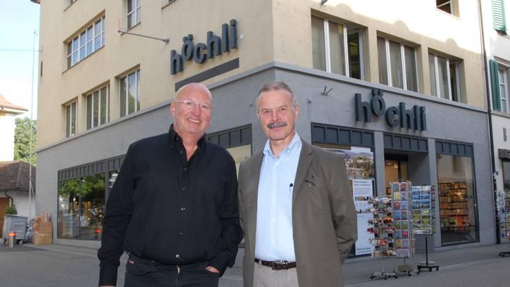 Robert Sailer (r.) schliesst die Papeterie, der neue Eigentümer Dölf A. Köpfli investiert.Walter Schwager.