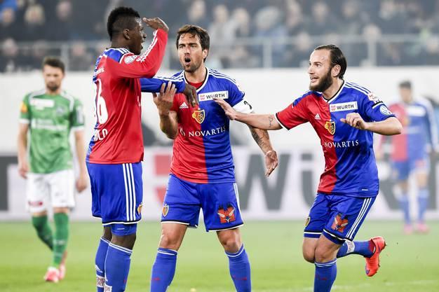 Embolo, Delgado und Gashi feiern das 1:0.