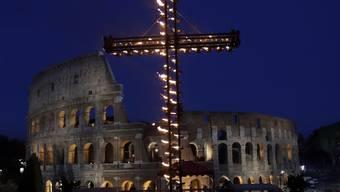 Die traditionelle Zeremonie am Karfreitagabend lief im Schein vieler Fackeln auf der sogenannten Via Crucis vor dem Kolosseum ab.