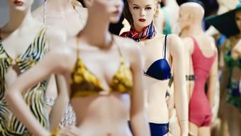 An Puppen angebrachte historische Bikini-Luxusmodelle aus den 1940er bis 1990er-Jahren stehen bei einem Presserundgang vor der Eröffnung des Bikinimuseums im Museum. Die Eröffnung findet am 5. Juli statt. Foto: Uwe Anspach/dpa