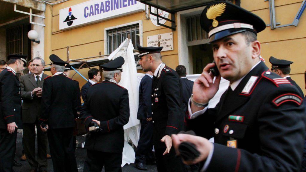Italienische Carabinieri sind auf der Suche nach einem entflohenen Mörder. (Symbolbild)