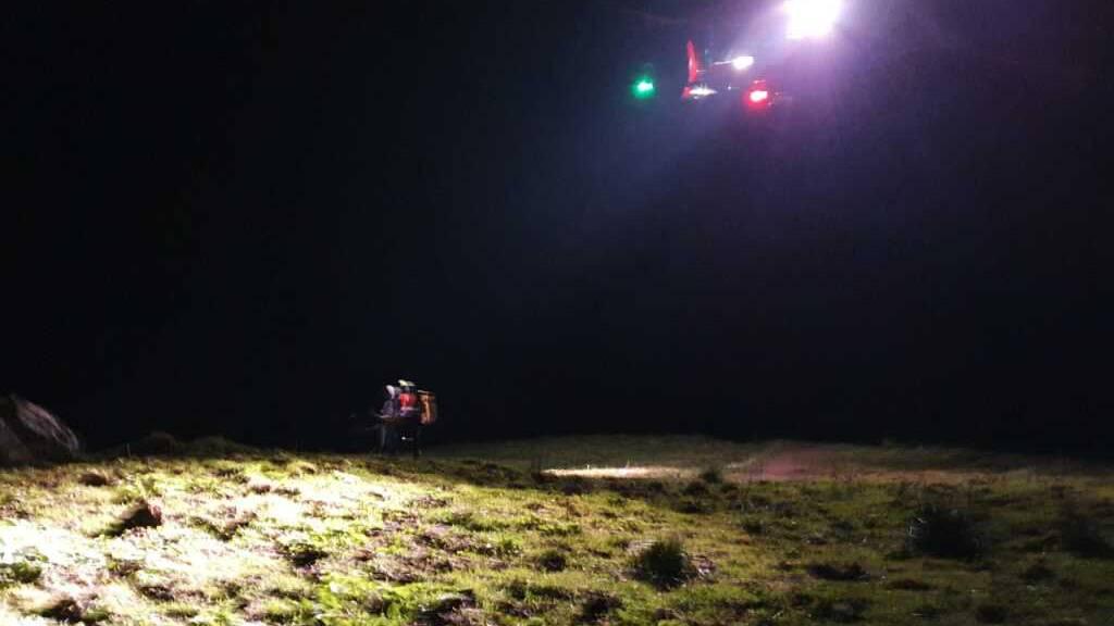 Rega holt nachts vier Bergsteiger aus einer Felswand