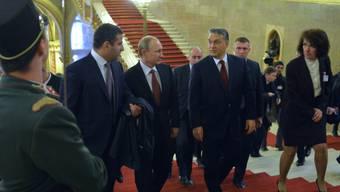Putin mit Ungarns Regierungschef Orban im Parlament in Budapest