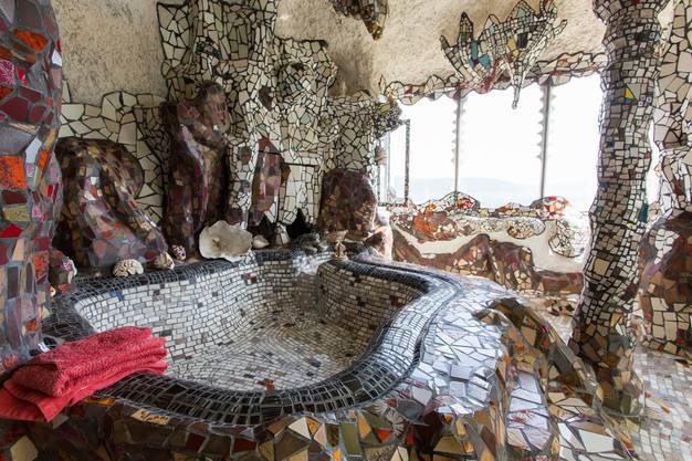 Das Badezimmer wird dominiert von der mächtigen, beheizbaren Badewanne. Das Wasser läuft durch Schlangenköpfe ein. Das Design des Raumes erinnert an eine Tropfsteinhöhle.