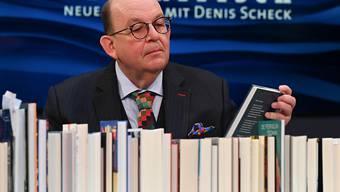 """Denis Scheck, ARD-Literaturkritiker, präsentiert während der Frankfurter Buchmesse auf der ARD-Buchmessenbühne in der Festhalle ein """"Best of Druckfrisch"""". Die «Sonderedition» der Buchmesse findet vom 14. bis 18. Oktober statt. Foto: Arne Dedert/dpa"""