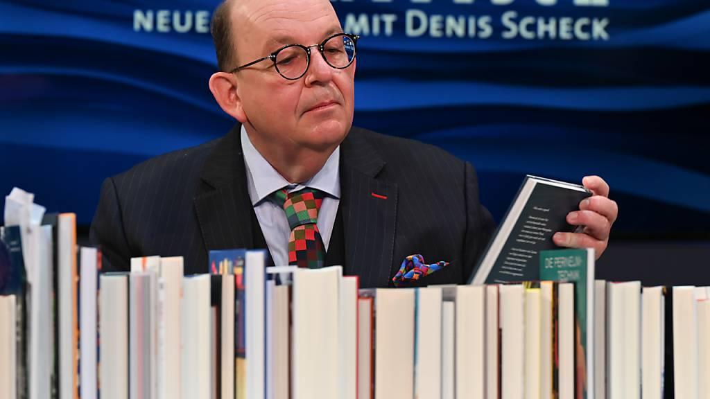 Denis Scheck, ARD-Literaturkritiker, präsentiert während der Frankfurter Buchmesse auf der ARD-Buchmessenbühne in der Festhalle ein «Best of Druckfrisch». Die «Sonderedition» der Buchmesse findet vom 14. bis 18. Oktober statt. Foto: Arne Dedert/dpa