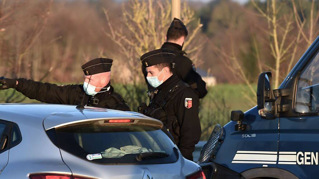 Tausende trotz Corona auf illegalen Silvesterpartys in Frankreich