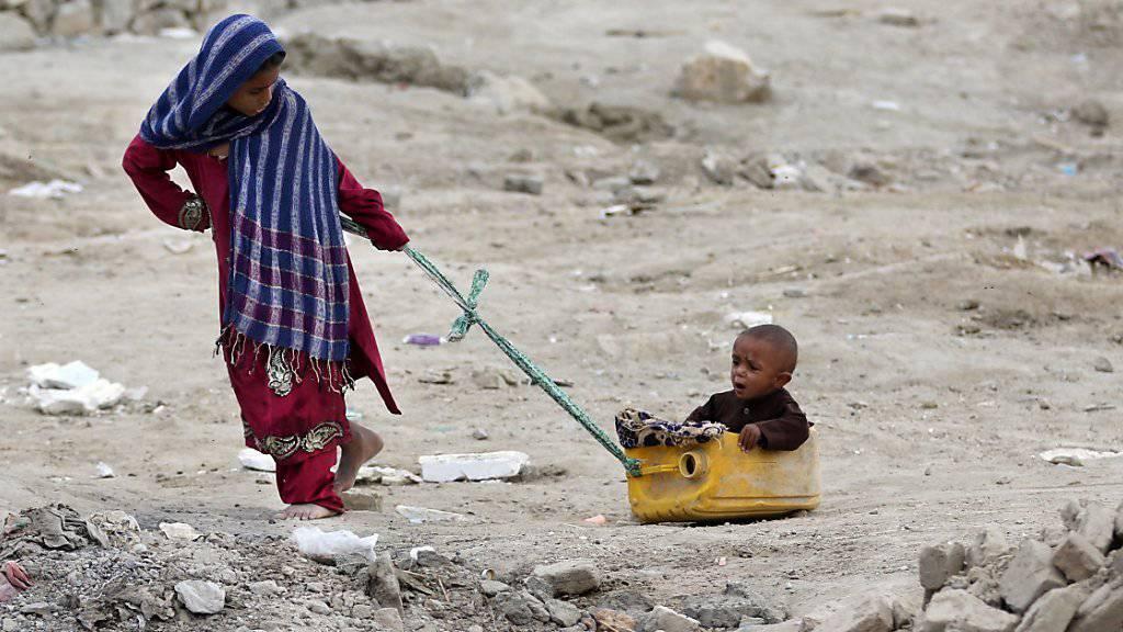 Vertriebene Kinder spielen bei einer provisorischen Behausung nahe Kabul: Die Zahl der afghanischen Binnenflüchtlinge steigt kontinuierlich.