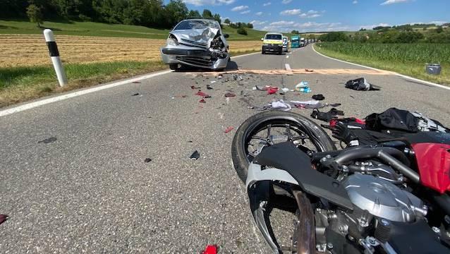 Der Motorradfahrer wurde bei der Frontalkollision schwer verletzt.