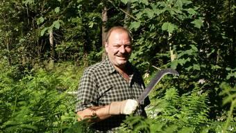 Förster Franz Suter steht mit dem Gertel im Unterholz.Nadja Rohner