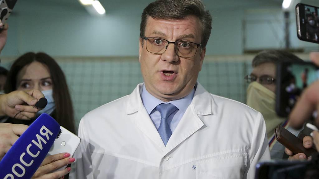 ARCHIV - Alexander Murachowski, Chefarzt des Ambulanzkrankenhauses Nr. 1, spricht bei einer Pressekonferenz über den Gesundheitszustand von A. Nawalny. Foto: Evgeniy Sofiychuk/AP/dpa