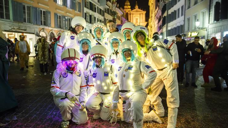 Eine der kreativen Gruppenverkleidungen an der Gassenfasnacht.