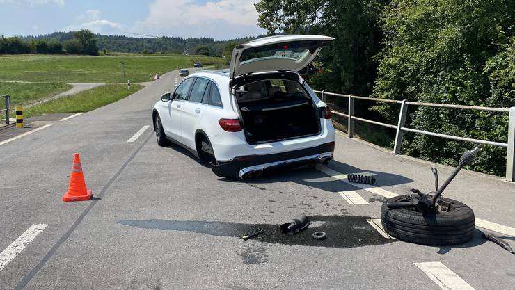 Weil ein Lenker an einer unübersichtlichen Stelle einen Lastwagen überholte, kam es mit dem entgegenkommenden Verkehr zu einer Kollision.