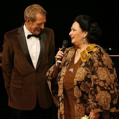 Montserrat Caballe, rechts, spricht mit Kurt Aeschbacher, links, auf der grossen Bühne des Theaters Basel im November 2006.