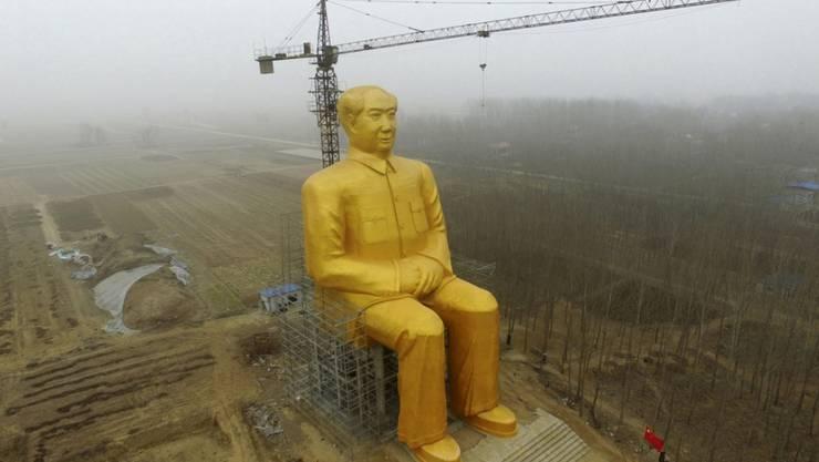 Am letzten Montag war die 37 Meter hohe Mao-Statue in der zentralchinesischen Provinz Henan noch ganz.