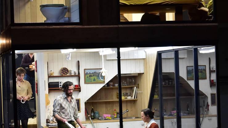 Gut ausgeleuchtet hinter Glas spielt Simon Stones «Drei Schwestern». Wie mit dem Fernglas auf ein Puppenhaus: So können die Zuschauerinnen und Zuschauer auf das Theatertreiben der drei Schwestern, ihres Bruders und deren Geliebten und Freunde schauen.