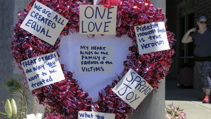 Die Einwohner von Portland reagierten mit Mahnwachen auf die tödliche Attacke. Dieser herzförmige Kranz mit positiven Botschaften wurde an der Gedenkstätte für die Opfer aufgestellt.
