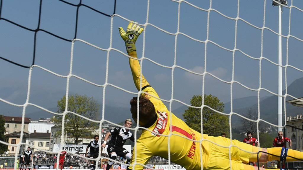 Anton Mitrjuschkin streckt sich vergebens. Egzijan Alioski verwandelt diesen Penalty souverän zum 1:0