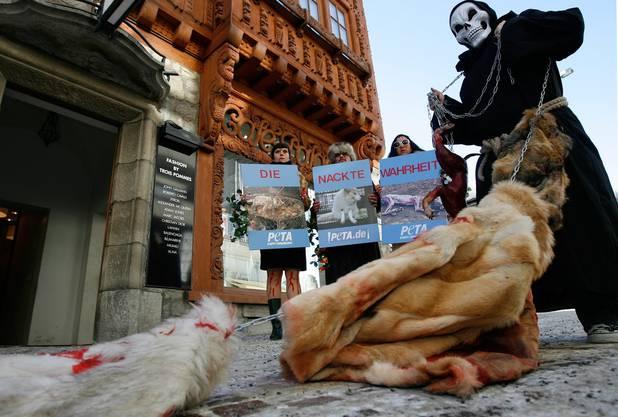 Mitglieder der Tierschutzorganisation PETA Deutschland demonstrieren in St. Moritz.