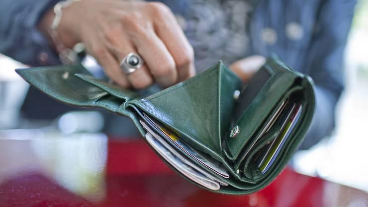 Der Täter versuchte der Serviceangestellten das Portemonnaie zu entreissen. (Symbolbild)