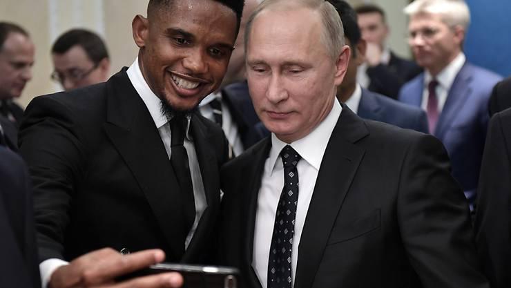 In der Welt der Mächtigen zuhause: der dreifache Champions-League-Sieger Samuel Eto'o bei der Auslosung der Fussball-WM in Moskau mit dem russischen Präsidenten Wladimir Putin
