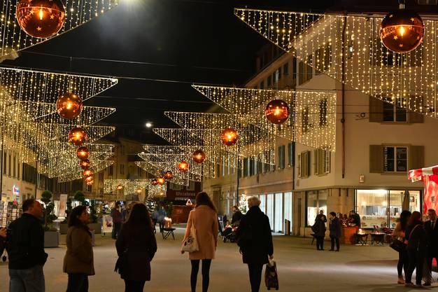 Rund 50 Anbieter halten bis zum Sonntag ihre Ware feil, vom Alpkäse über Weihnachtstand bis hin zu marokkanischen Lampen.