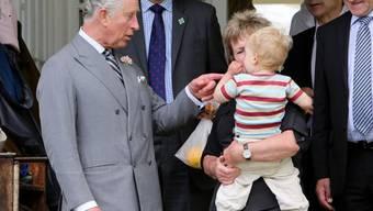 Prinz Charles übt schon mal für die Rolle als Opa (Archiv)