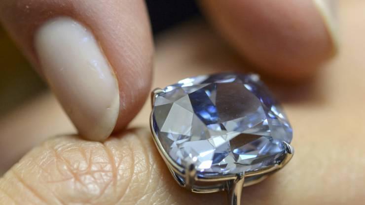 Das Auktionshaus Sotheby's zeigt den blauen Diamanten in Genf während einer Preview.