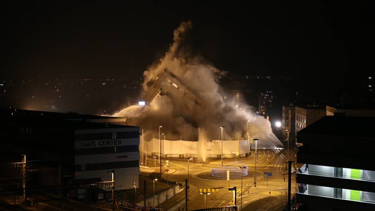 02.10 Uhr machts Bäääm!: Der Rockwell-Turm fällt in sich zusammen