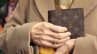Die Täter begleiten die Seniorinnen und Senioren zur Bank in Rheinfelden. (Symbolbild)