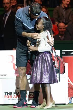 Roger Federer umarmt die kleine Chelsea – ein Bild für das Familienalbum
