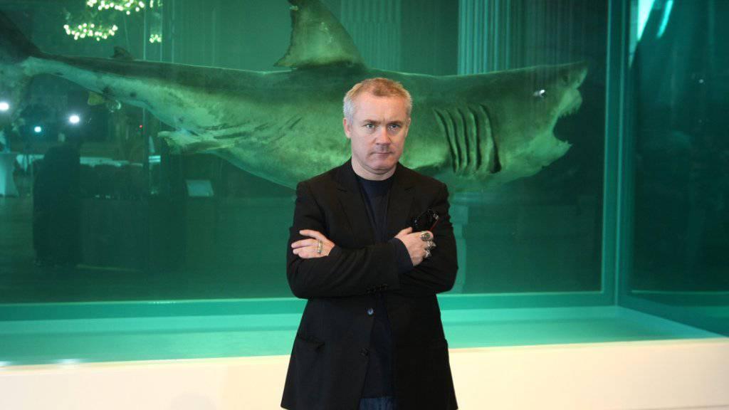 Der Künstler Damien Hirst - hier vor einem seiner berühmtesten Werke - verwendet gern ausgestopfte oder in Formaldehyd konservierte Tierkadaver in seinen Werken. Dagegen haben nun Tierschützer in Venedig protestiert. (Archivbild)