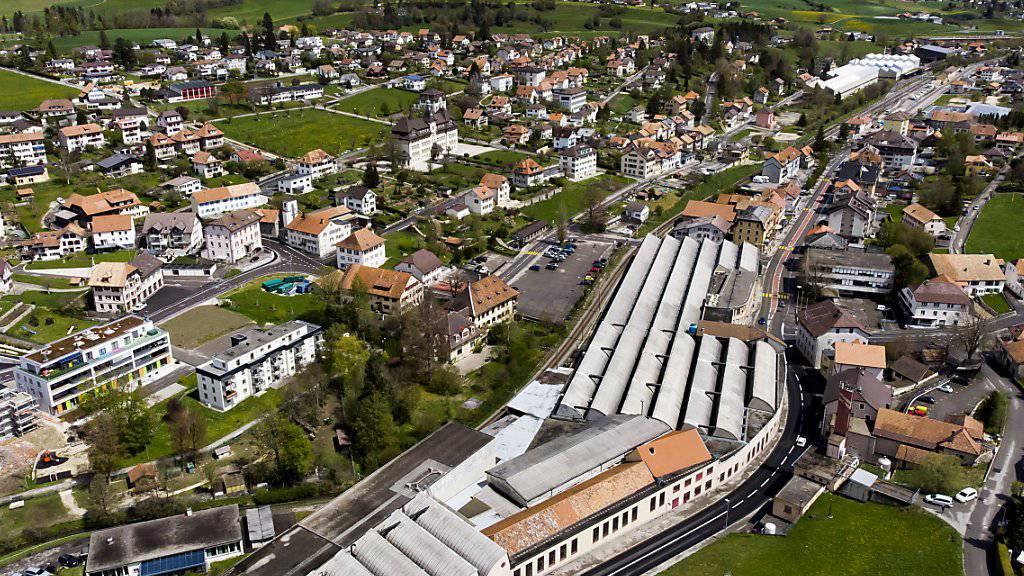 Das Werk von Swissmetal in Reconvilier (im Vordergrund) prägt das Ortsbild dieses bernjurassischen Dorfes. (Archivbild)