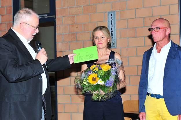 Gemeindeammann Robert Alan Müller überreichte Vögele zur Pensionierung einen Gutschein für ein Wochenende in Zermatt. Von Gemeindeschreiberin Margrit Jaggi gabs einen Blumenstrauss - auch in Blau und Gelb!