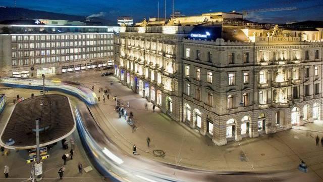 Der Zürcher Paradeplatz mit dem Bürogebäude der Grossbank UBS AG (links im Hintergrund) und dem Hauptsitz des Mitbewerbers Credit Suisse AG (rechts). Foto: Heike Grasser - Ex-Press