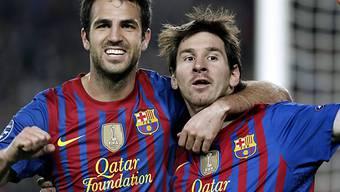Cesc Fabregas freut sich mit Barças Doppeltorschützen Lionel Messi.