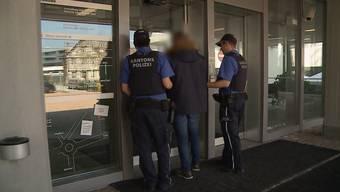 Im Sommer 2016 umstellten Polizisten in Suhr ein Maisfeld, um Kriminaltouristen zu schnappen. Die zwei Albaner sollen in fast 40 Häuser eingebrochen sein, weshalb sie nun vor dem Obergericht stehen.