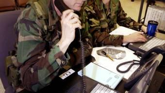 Amerikanische Befehlshaber während einer Gefechtssimulation während des Friedens-Einsatzes in Bosnien und Kosovo 2002.  Foto: AP Photo/Stephen Morton
