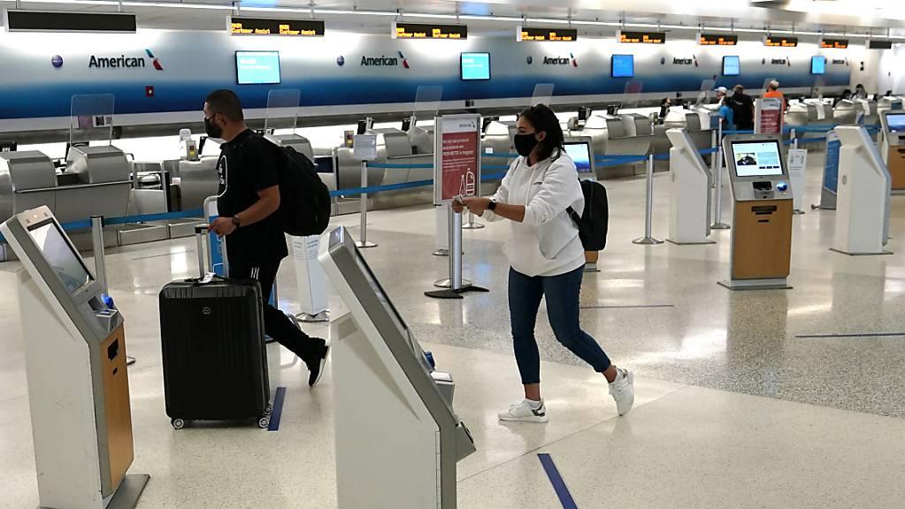 Wegen des Einbruchs der Passagierzahlen schickt American Airlines Tausende Mitarbeiter in die Zwangsferien. (Archivbild)