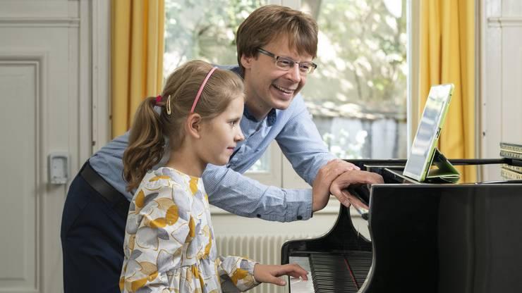 Klavierlehrer Jan Gazdzicki unterrichtet seine Schülerin Adèle (8) an der Musikschule Basel mit dem Tony Game.