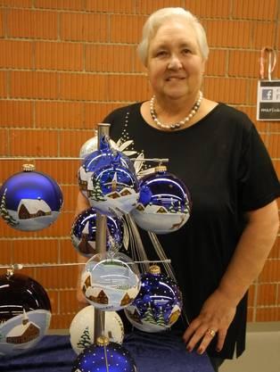 Kein Weihnachtsfest ohne Dekoration: Die Schlieremerin Ruth Hermann verkauft Weihnachtskugeln, die sie selber von Hand mit Pinsel bemalt. «Für die Besucher ist es spannend zu sehen, wie ich die Kugeln direkt am Stand bemale», sagt Hermann.